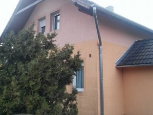 Balatonhoz közel csendes ,nyugodt helyen családi ház eladó